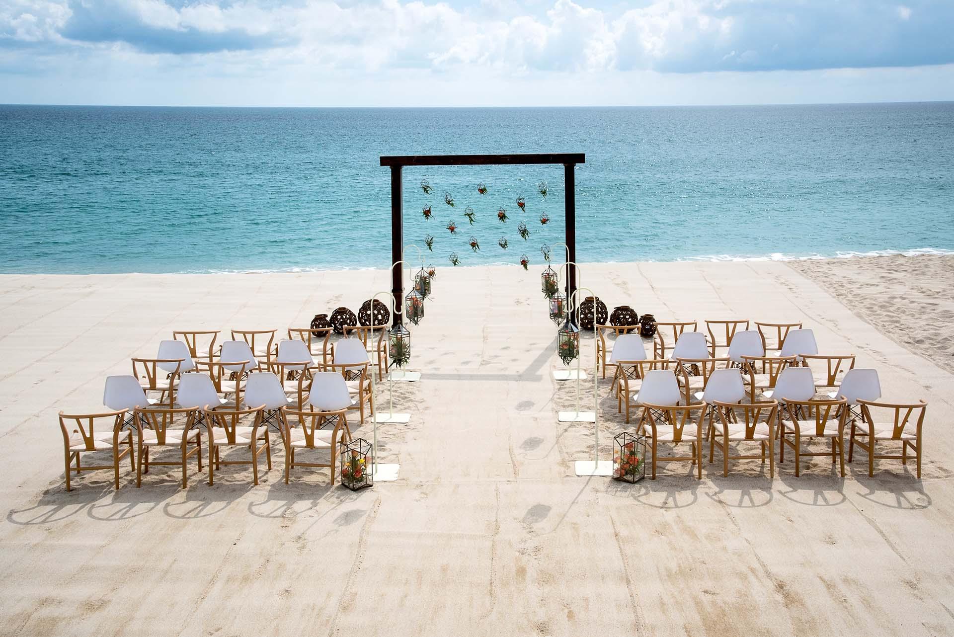 Detalhe da decoração na praia de uma cerimônia de casamento no Le Blanc Los Cabos