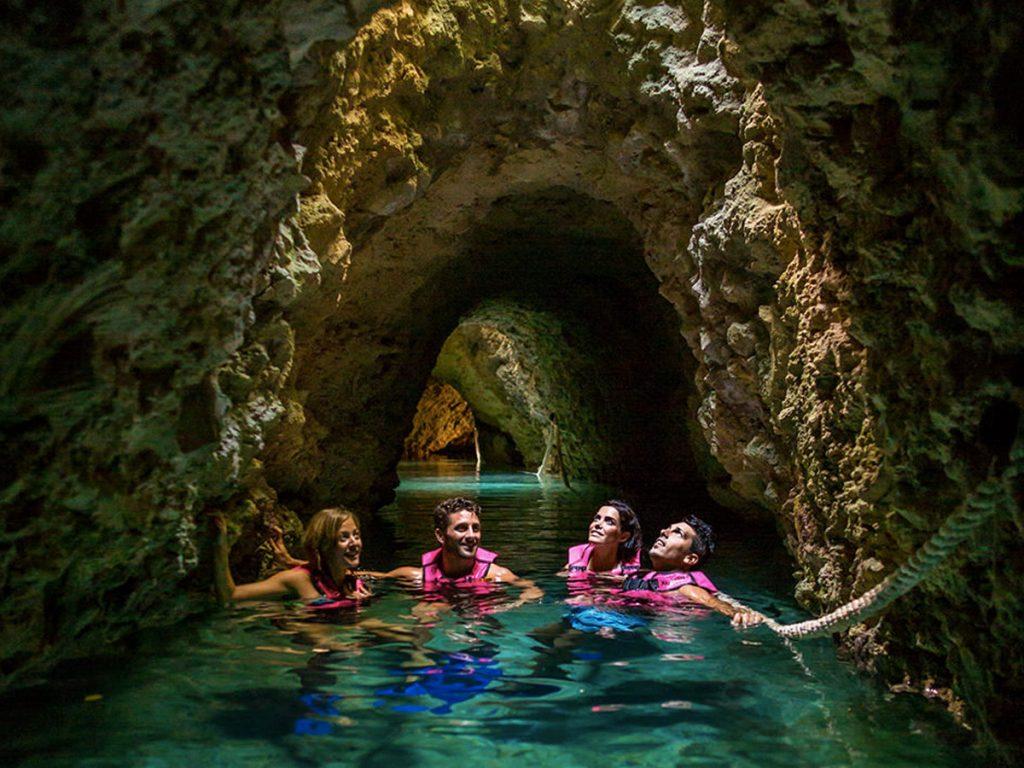 O passeio no rio subterrâneo com belas surpresas (Foto: Xcaret - Divulgação)