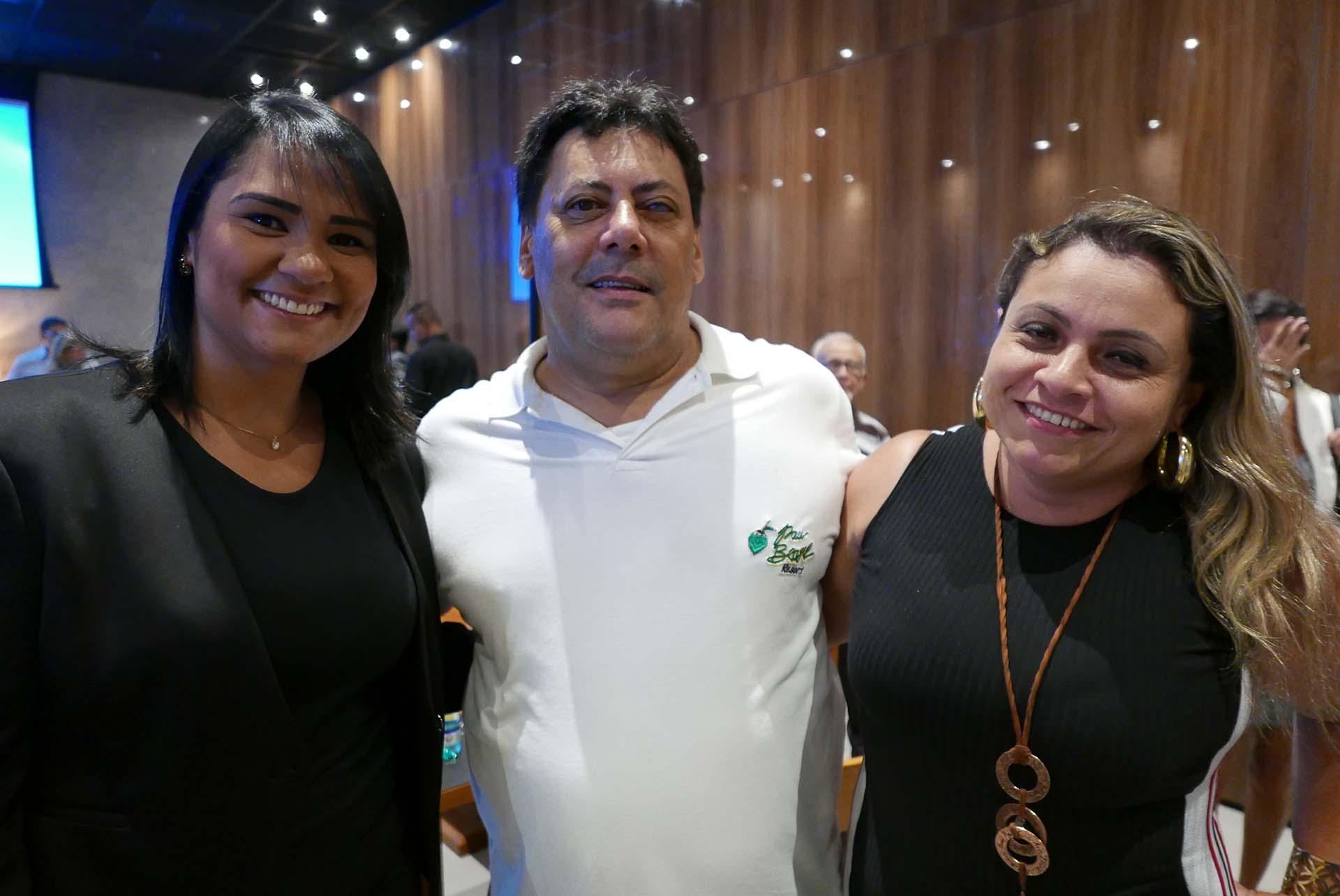 Julio Froes, do hotel Pau Brasil, com Karina Chaves e Sandrinha Teixeira, do hotel Nauticomar