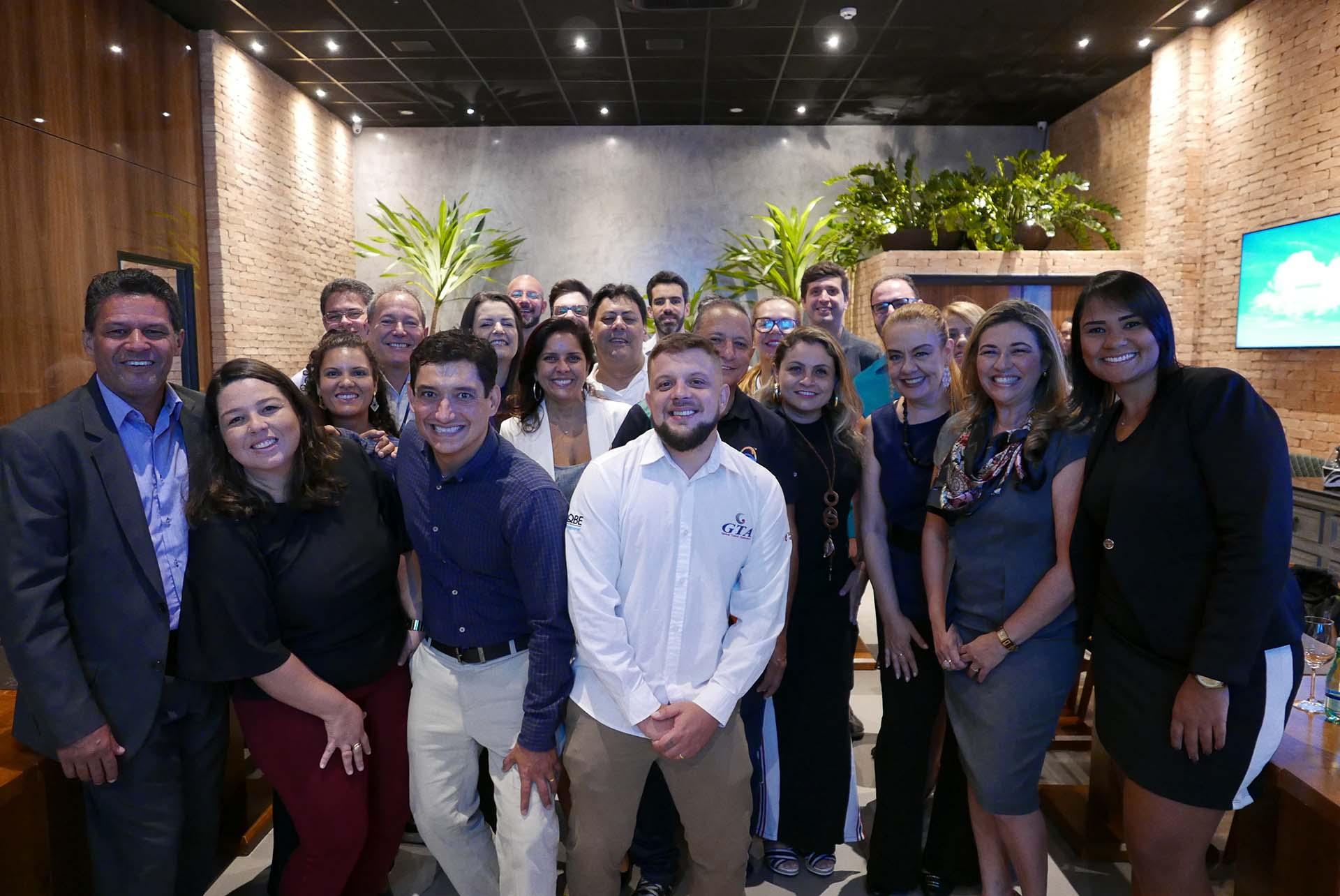 Os participantes do café da manhã da Operadora WestCentral se reúnem para desejar sucesso a Fernando Murta