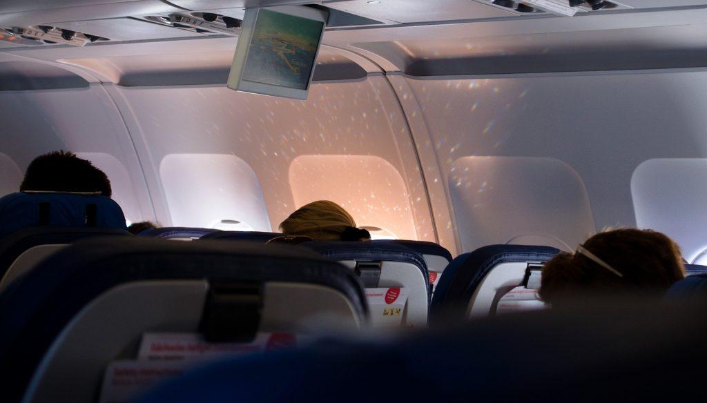 Avião dentro do voo